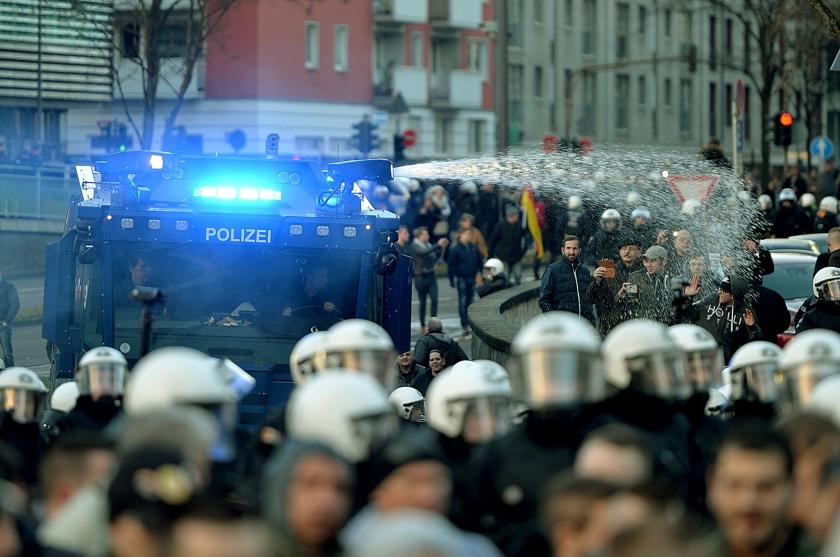 De Duitse politie heeft zaterdagmiddag in Keulen een resoluut einde gemaakt aan een demonstratie van anti-islambeweging Pegida en de extreemrechtse partij Pro Köln.  Met een waterkanon werden honderden demonstranten uiteengejaagd  (ap / Monika Skolimowska)