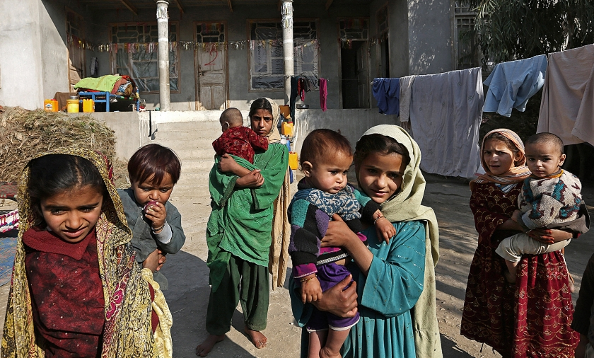 Afghaanse meisjes passen op baby's in een geïmproviseerd vluchtelingenkamp. Hele families hebben hun dorpen verlaten. De strijd tussen de taliban en ISIS om de controle over gebied in het oosten van Afghanistan wakkert aan.  (ap / Rahmat Gul)