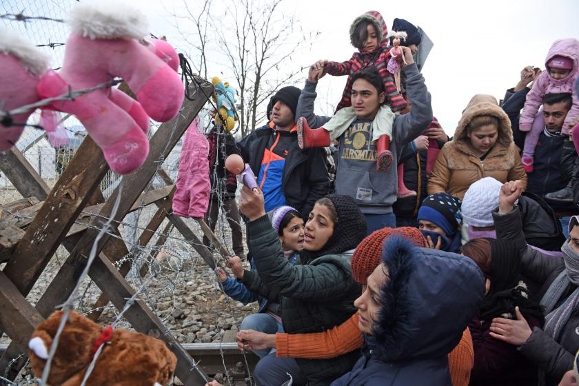 Gestrande vluchtelingen dinsdag bij de grensblokkade tussen Griekenland en Macedonië.  Uit cijfers van de VN-kinderorganisatie Unicef blijkt dat het aantal kinderen in de vluchtelingenstroom sterk stijgt  (ap / Giannis Papanikos)