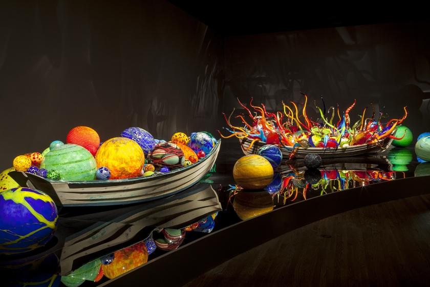 Het Groninger Museum toont momenteel betoverende glascreaties van Dale Chihuly (1941).  Chihuly is een wereldberoemde Amerikaanse kunstenaar en een centrale figuur in de wereld van glasambacht  (Dale Chihuly, Float Boat and Fiori Boat, 2012.)