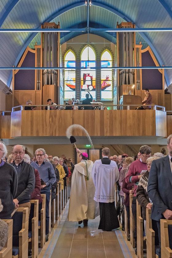 In Nes op Ameland heeft bisschop Ron van den Hout zaterdag de herbouwde Sint Clemenskerk gewijd. Aan het begin van de viering droeg het kerkbestuur het gebouw over aan de bisschop van Groningen-Leeuwarden.   (Regina Beijaard)
