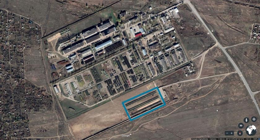 Op een nieuwe Russische basis vlak bij de grens met Oekraïne staan T-62 en T-64 tanks plus artillerie, pantservoertuigen en (lichtere) trucks. Zo blijkt uit recente satellietfoto's.  (google earth)