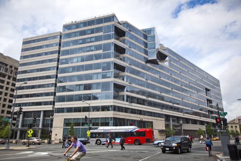 Het hoofdkwartier van het IMF, ook wel building HQ2 genoemd, in Washington. Dat het IMF in deze Amerikaanse stad is gevestigd, is geen toeval: de VS domineren in het IMF-bestuur.  (epa / Jim Lo Scalzo)