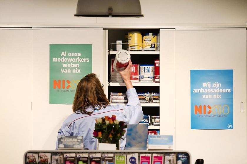 Rookwaren in een gesloten kast achter de kassa is een van de maatregelen om beginnen met roken tegen te gaan.  (anp / Olaf Kraak)
