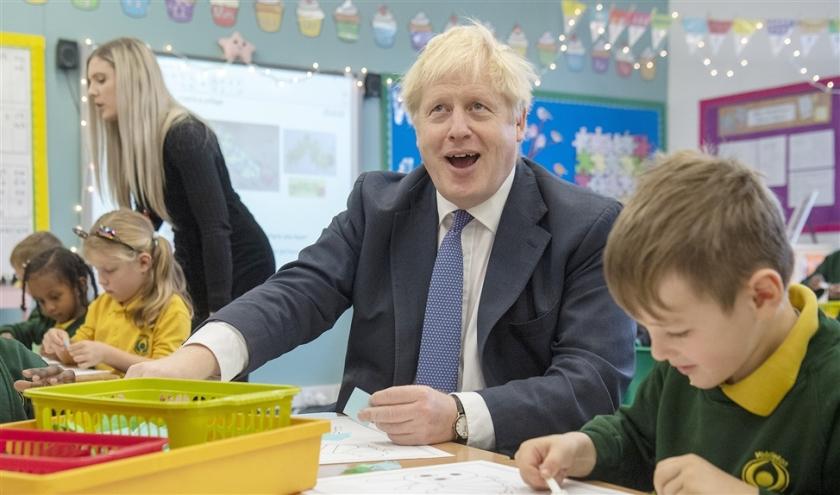 Het premierschap van Johnson, hier bij een bezoek aan een school in Milton Keynes, begint zijn glans, de zogeheten Boris Bounce, te verliezen.  (afp / Paul Grover)