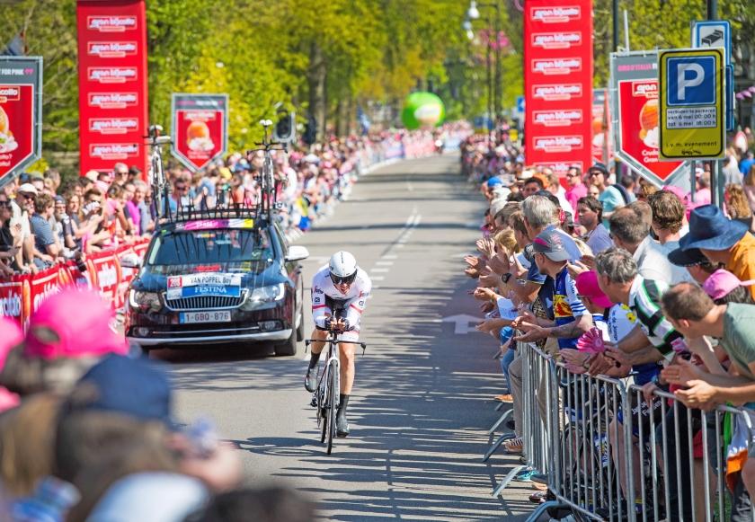 Boy van Poppel rijdt langs het publiek tijdens de proloog van de Ronde van Italië.  (anp / Piroschka van de Wouw)