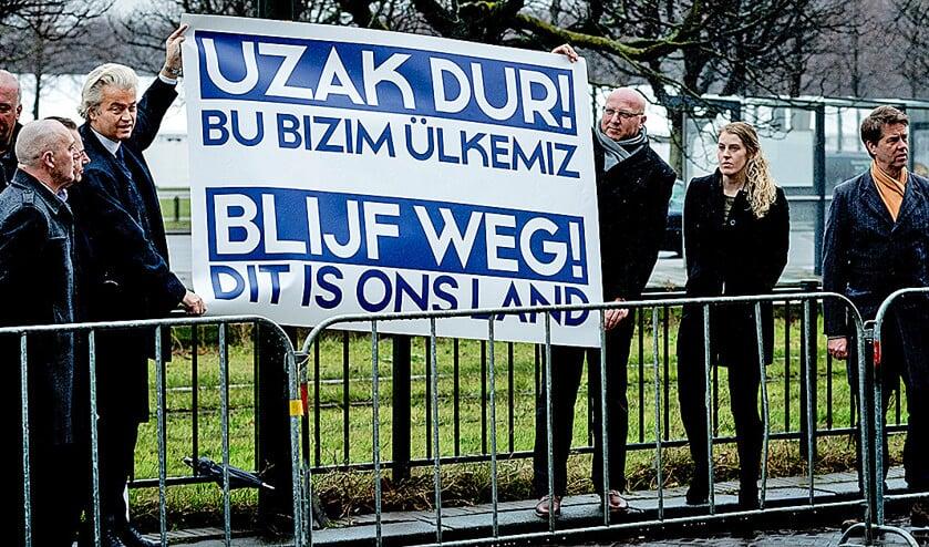 PVV-lijsttrekker Geert Wilders voert actie bij de Turkse ambassade in Den Haag tegen een mogelijke campagne die de Turkse regering in Nederland wil voeren.  (anp / Robin van Lonkhuijsen)