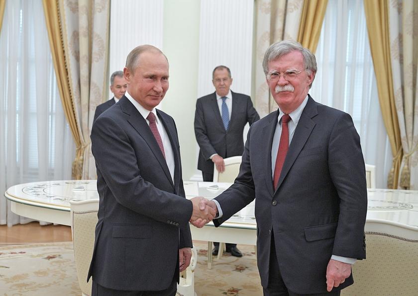 De Amerikaanse veiligheidsadviseur John Bolton (rechts) had woensdag een ontmoeting met de Russische president Vladimir Putin.  (epa / Alexei Druzhinin)