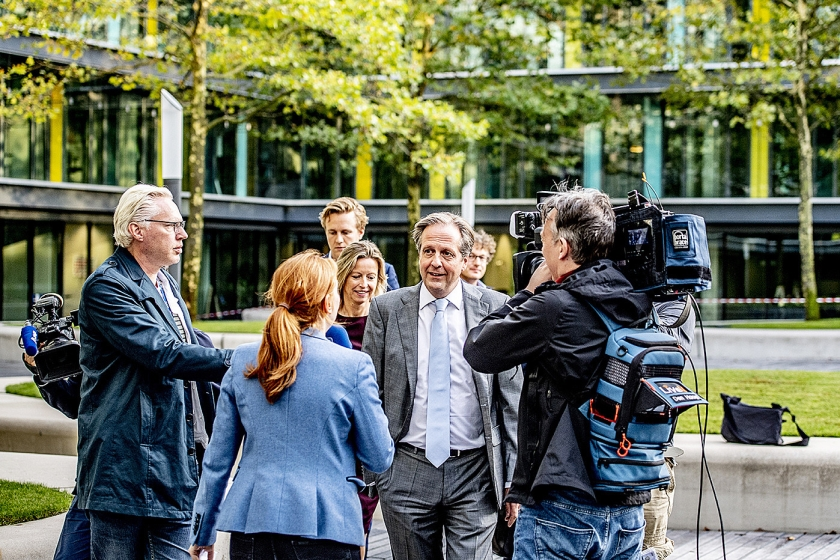 De ministers Kajsa Ollongren en Wouter Koolmees en D66-fractievoorzitter Alexander Pechtold ontmoeten elkaar bij het ministerie van Financiën voor het begrotingsoverleg.  (anp / Robin Utrecht)