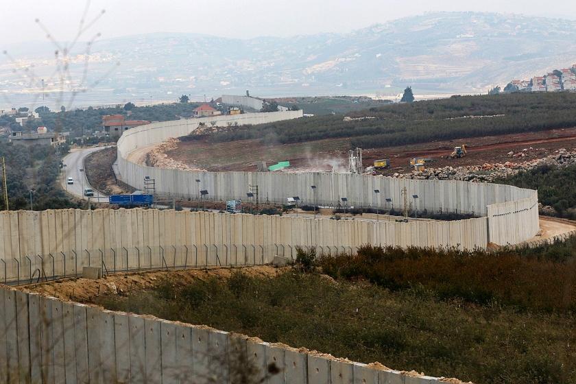 Een foto van de grens tussen Israël en Libanon bij Metulla die toont dat het Israëlische leger is begonnen met het opsporen van tunnels die Hezbollah heeft gegraven.  (afp / Mahmoud Zayyat)