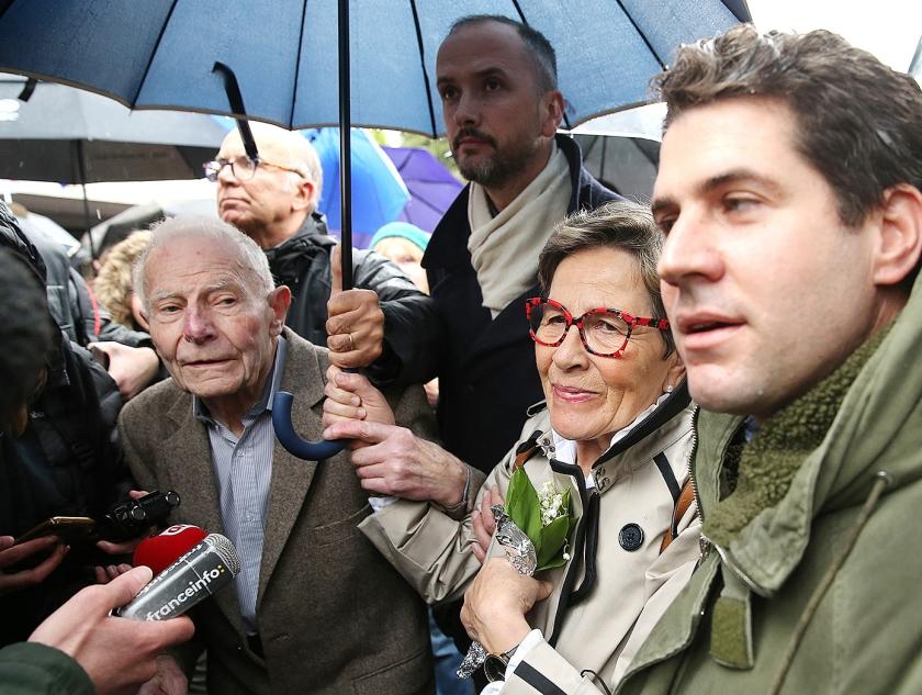 Pierre en Viviane Lambert demonstreerden maandag bij het ziekenhuis in Reims tegen het staken van de behandeling van hun zoon Vincent, die naar verwachting binnen een week zal overlijden.  (afp / Francois Nascimbeni)
