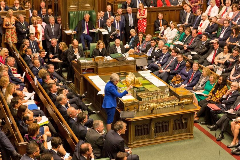 Theresa May adviseerde Jeremy Corbyn tijdens haar laatste 'vragenuurtje' als premier, haar voorbeeld te volgen en af te treden.  (afp / Roger Harris)