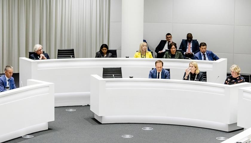 Tijdens een spoeddebat in de Haagse gemeenteraad over het corruptie-onderzoek zijn er twee lege stoelen bij het college van burgemeester en wethouders.  (anp / Bart Maat)