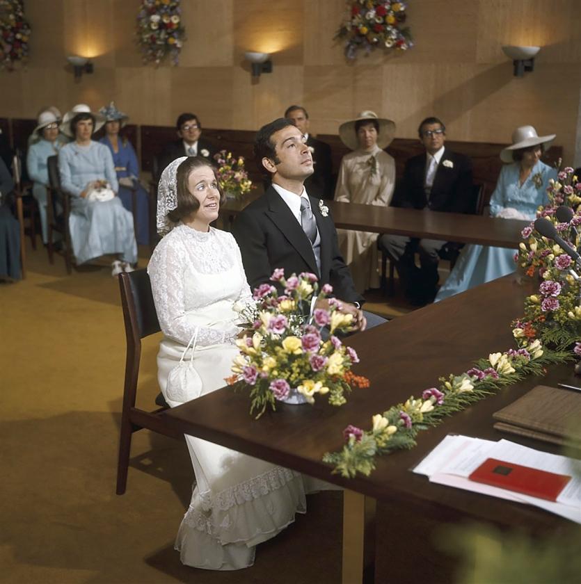 Op 28 juni 1975 trouwt prinses Christina met Jorge Guillermo in het gemeentehuis van Baarn. Het huwelijk eindigt in 1996 in een echtscheiding.   (anp)
