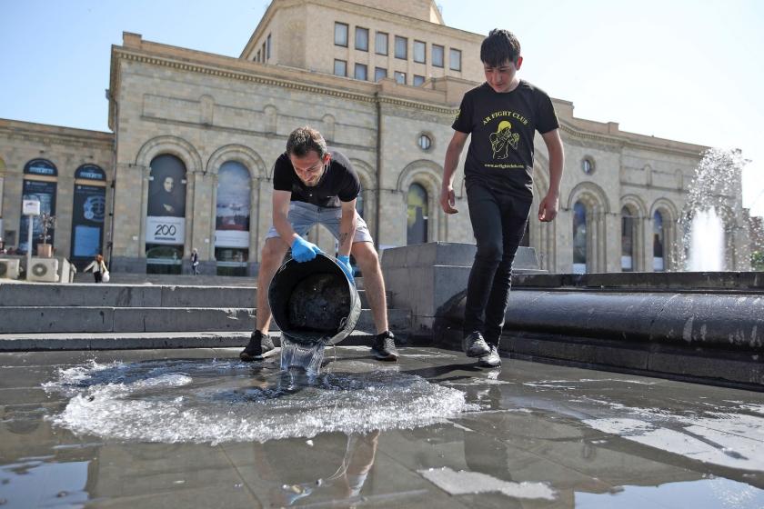 Vrijwilligers houden schoonmaak op het Plein van de Republiek in de Armeense hoofdstad Jerevan, na protesten tegen de machthebbers door oppositieleider Nikol Pasjinjan en zijn aanhangers.  (ap / Thanassis Stavrakis)