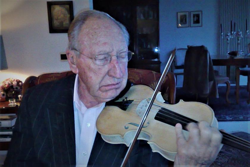 Herman Krebbers op 90-jarige leeftijd, terwijl hij een nieuwe, nog ongelakte viool van bouwer André van Putten uitprobeert.  (André van Putten)