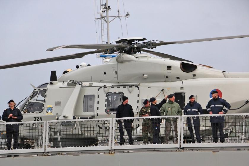 Drukte aan boord van luchtverdedigings- en commandofregat Zr.Ms. Evertsen, zaterdag kort voor vertrek.  (Riekelt Pasterkamp)