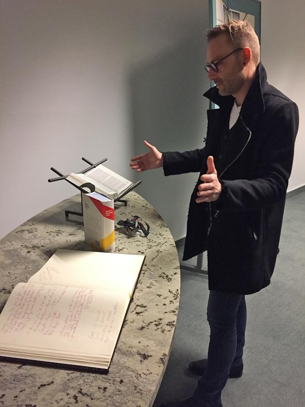 In de protestantse kapel op luchthaven Zaventem legt aalmoezenier Edwin Delen de Bijbels altijd open bij Psalm 121.  (nd)