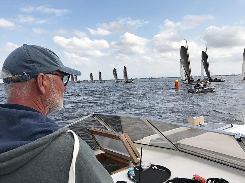 Pieter Brouwer legt uit wat er gebeurt op het Sneekermeer bij Terherne.  (Tom Coehoorn en nd)