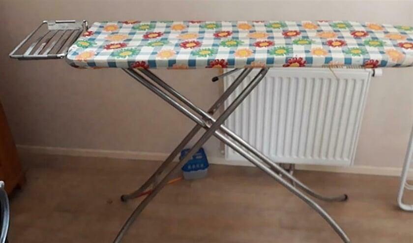 Marktplaats: Joke van der Loo verkoopt haar strijkplank 'uit grootmoeders tijd'  (marktplaats)
