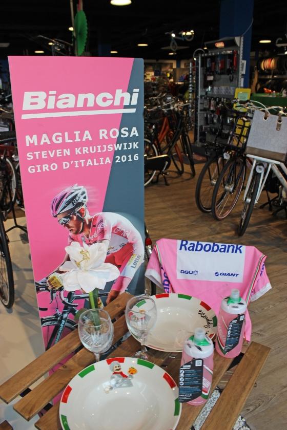 Ter gelegenheid van de Giro d'Italia is een Italiaans sfeerhoekje ingericht.   (nd)
