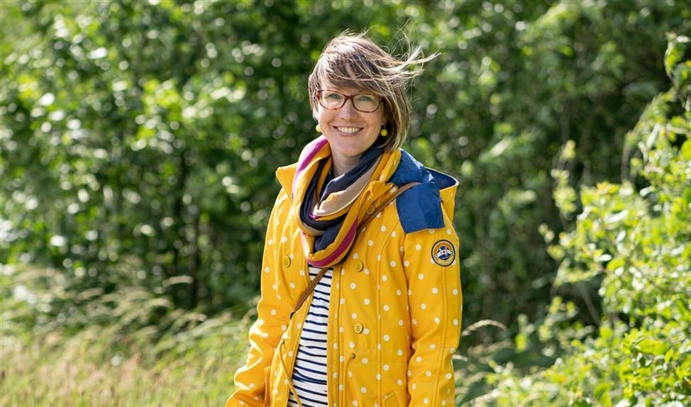 Kleding: Joanne Hogendoorn is blij met haar 'geloof-, hoop- en liefdejas'   (Niek Stam)