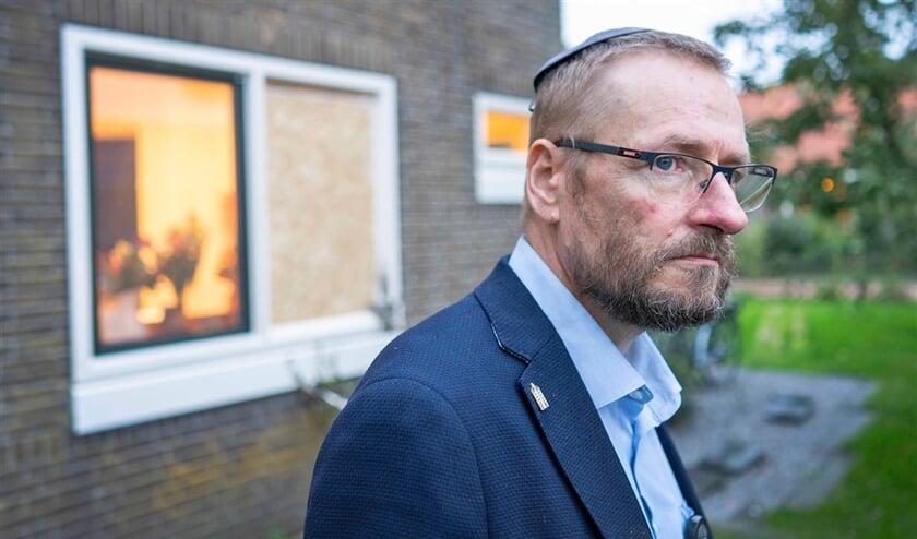 'Er is een boomstam door ons raam geknald.' Wouter Schmidt voor de gezinswoning in het Noord-Hollandse dorpje Hippolytushoef.  (Peter van Aalst)