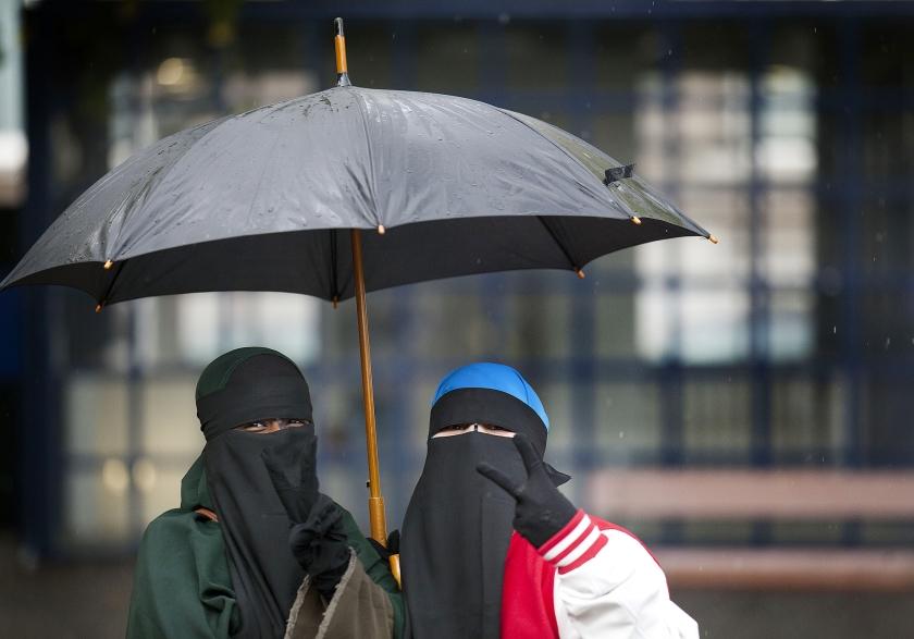 Het kabinet wil het dragen van gezichtsbedekkende kleding op plekken waar dat verboden is, beboeten met maximaal 405 euro.  (anp / Phil Nijhuis)