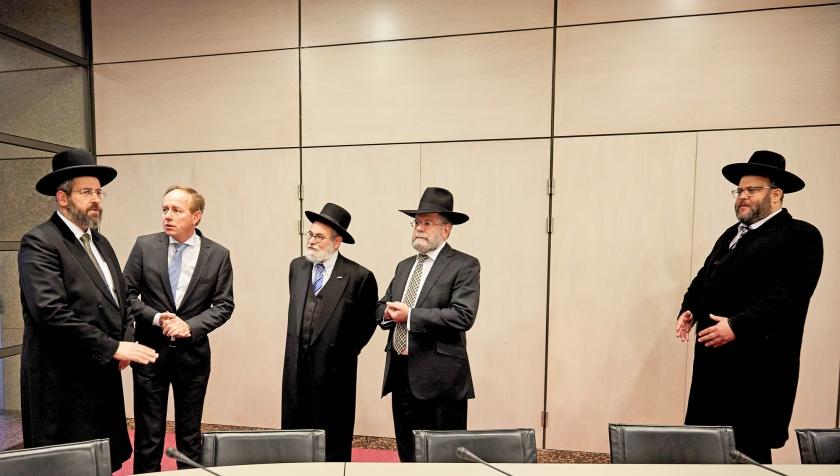 De Israëlische asjkenazische opperrabbijn David Lau (l.) vindt dat Joden in Europa gewoon hun keppeltje moeten kunnen dragen. Lau bracht donderdag een bezoek aan de Tweede Kamer op uitnodiging van de SGP.  (anp / Martijn Beekman)