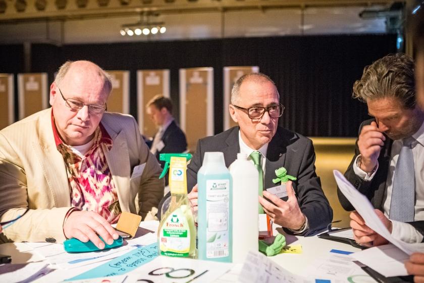 In de oude fabriek van Van Nelle in Rotterdam werd maandag, in het kader van het Nederlandse voorzitterschap van de EU, gesproken over circulaire economie. Vertegenwoordigers van bedrijfsleven, maatschappelijke organisaties en overheden uit heel Europa wisselden ideeën uit over het opnieuw gebruiken van wat we anders zouden weggooien. <  (anp / Alexander Schippers)