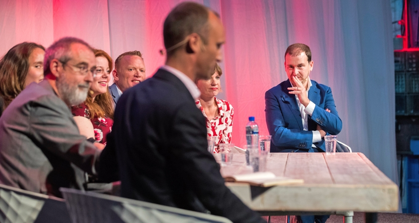 PvdA-leider Lodewijk Asscher in de Kromhouthal in Amsterdam tijdens het partijcongres van de PvdA. Asscher biedt het kabinet gedoogsteun aan in ruil voor verzachting van een aantal maatregelen, plus een lager eigen risico in de zorg.  (anp / Jeroen Jumelet)