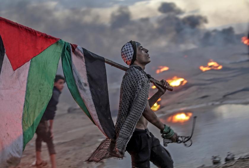 Een Palestijnse demonstrant na het protest bij de grens tussen Israël en de Gazastrook.  (epa / Mohammed Saber)