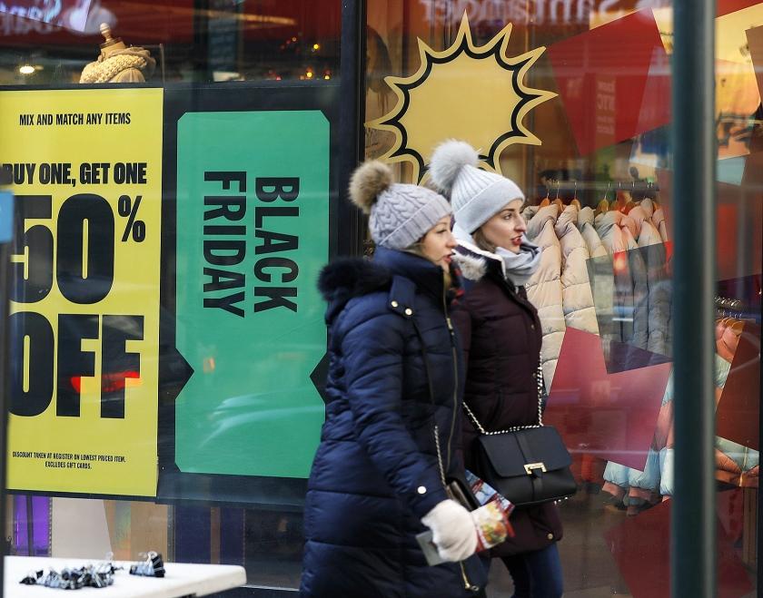 Goed ingepakt tegen de kou winkelen koopjesjagers in New York op Black Friday, het begin van het koopseizoen voor de Kerst.  (epa / Jason Szenes)