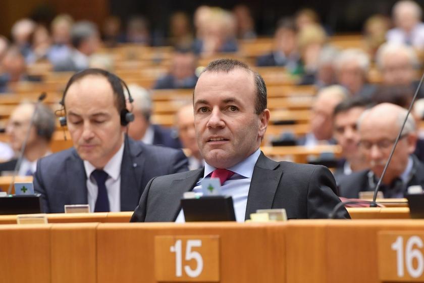 Manfred Weber (r.), voorzitter van de christendemocratische fractie in het Europees Parlement: 'Het christendom is niet iets voor het museum.'  (afp / Emmanuel Dunand)