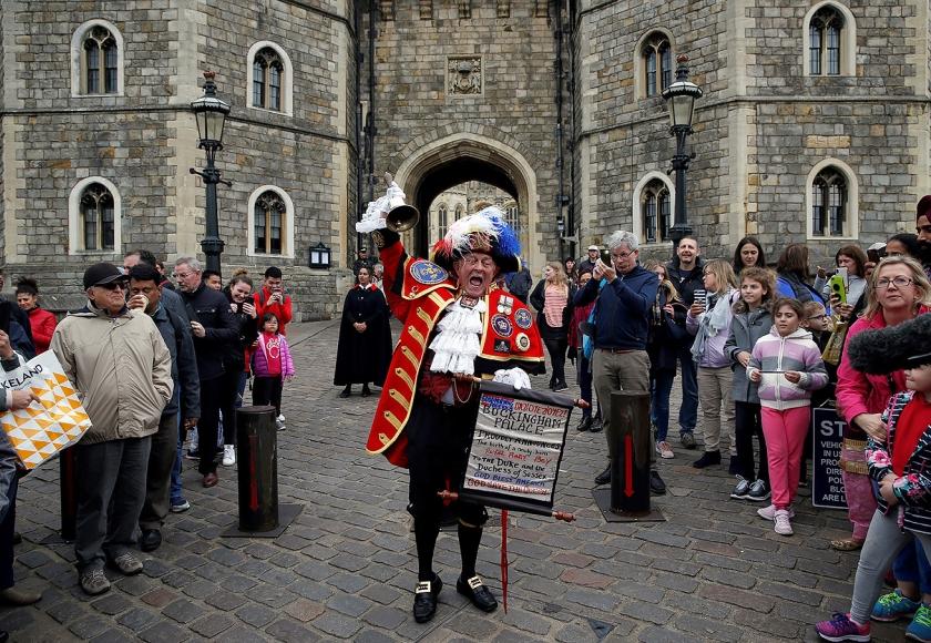 Stadsomroeper Tony Appleton kondigt de geboorte af van de Britse prins.  (afp / Adrian Dennis)