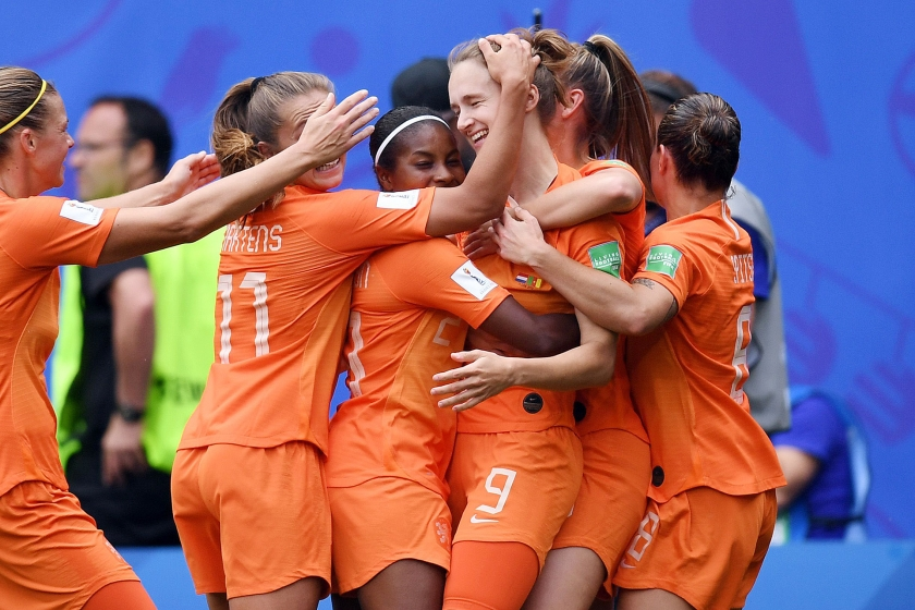 De Nederlandse voetbalsters zijn na twee wedstrijden al zeker van een vervolg op het WK.  De ploeg van bondscoach Sarina Wiegman versloeg Kameroen met 3-1, vooral dankzij twee doelpunten van Vivianne Miedema, die daardoor Manon Melis afloste als topschutter aller tijden van de 'Leeuwinnen'  (vi-images / Gerrit van Keulen)