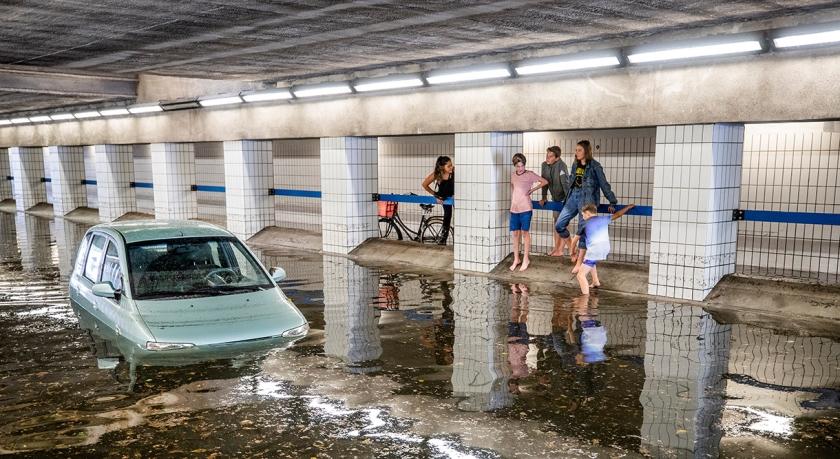 Wateroverlast na hevige regen in Hilversum. De Beatrixtunnel in het centrum van de mediastad stroomde vol.  (anp / Jeroen Jumelet)