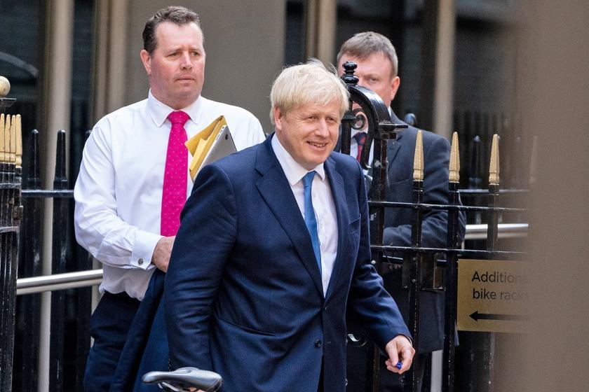 De nieuwe leider van de Conservatieve Partij en aankomend premier Boris Johnson verlaat het hoofdkantoor van zijn partij in Londen na zijn verkiezingsoverwinning van dinsdag.  (afp / Niklas Halle'n)