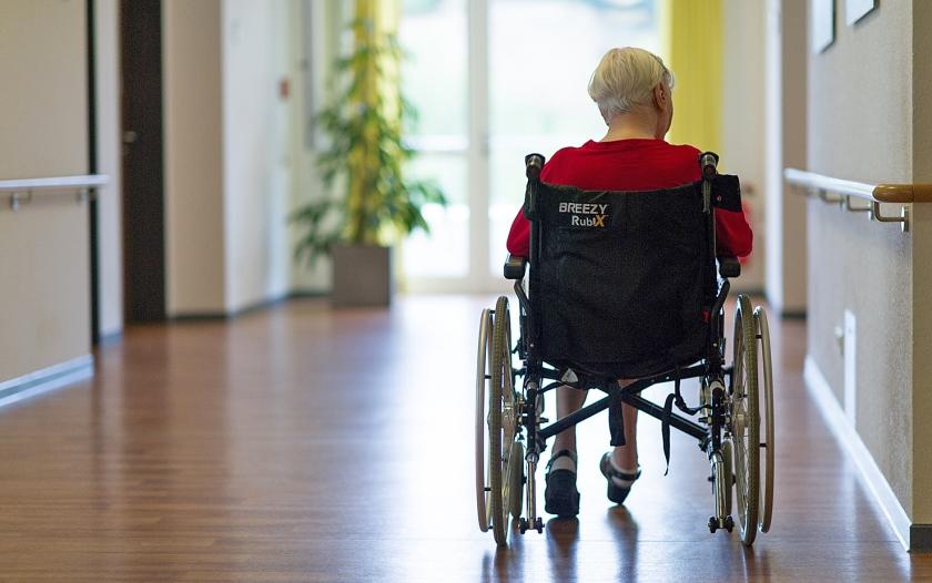 Ruim een derde van de verpleeghuisbewoners met dementie brengt de tijd in zichzelf gekeerd in een stoel door. Veel zorgverleners vinden dat niet zo problematisch.  (ap / Uwe Anspach en josvandijk.net)