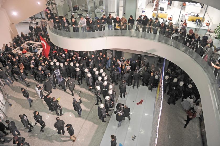 De Turkse politie heeft zaterdag een kordon gelegd rond het kantoor van de krant Zaman in Istanbul, nadat zij het met inzet van plastic kogels, traangas en waterkanonnen had bestormd om sympathisanten te verjagen. De hoofdredacteur van de krant, die vrijdag onder overheidstoezicht werd geplaatst, is ontslagen en het redactiesyteem geblokkeerd. <  (ap)