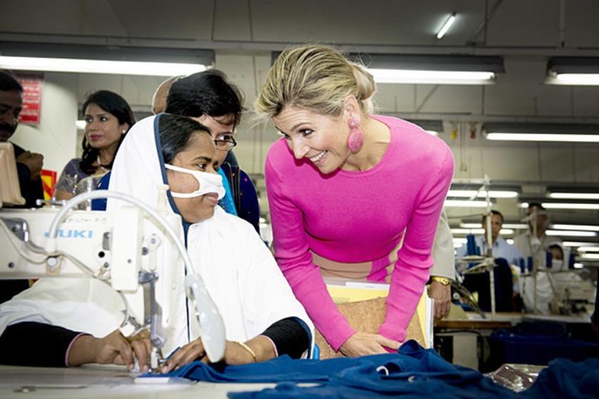 Koningin Máxima op bezoek in een kledingfabriek in Bangladesh.  (anp / Robin Utrecht)