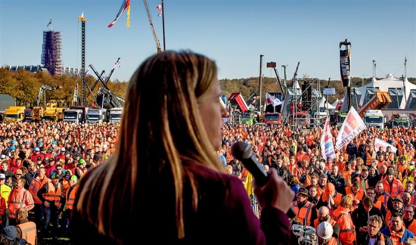 Minister van Landbouw, Natuur en Voedselkwaliteit Carola Schouten spreekt op het Malieveld, tijdens het bouwersprotest tegen het stikstofbeleid.  (anp / Koen van Weel)
