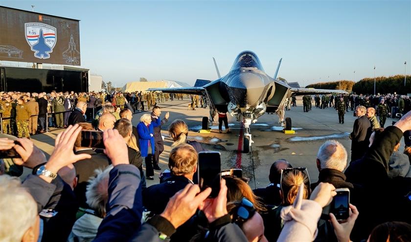 De eerste F-35, ook wel bekend als de Joint Strike Fighter, landt op de vliegbasis Leeuwarden.  (anp / Robin van Lonkhuijsen)