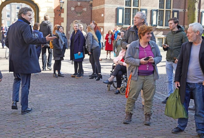 Demissionair minister Jeroen Dijsselbloem van Financien op het Binnenhof in Den Haag. Voor de komende jaren staat de rijksbegroting in de plus.  (anp / Martijn Beekman)