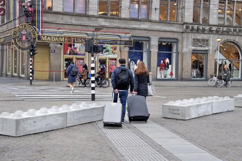 De gemeente Amsterdam is begonnen met het plaatsen van betonblokken op de Dam. Ook op andere drukke locaties worden in de stad betonblokken geplaatst als maatregel tegen eventuele terroristische aanslagen met voertuigen. Onlangs plaatste NS voor het station Amsterdam Centraal al betonblokken om te voorkomen dat auto's de stationshal kunnen binnenrijden.<  (anp / Olaf Kraak)