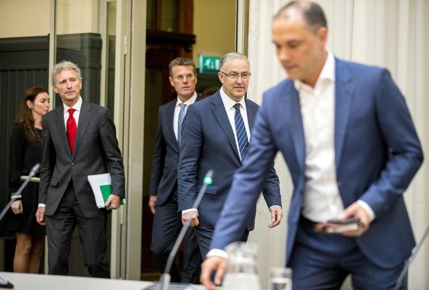 De informateurs Pieter Duisenberg en Paul Rosenmöller overhandigen hun eindadvies over de te vormen coalitie in Rotterdam aan burgemeester Ahmed Aboutaleb.  (anp / Jerry Lampen)