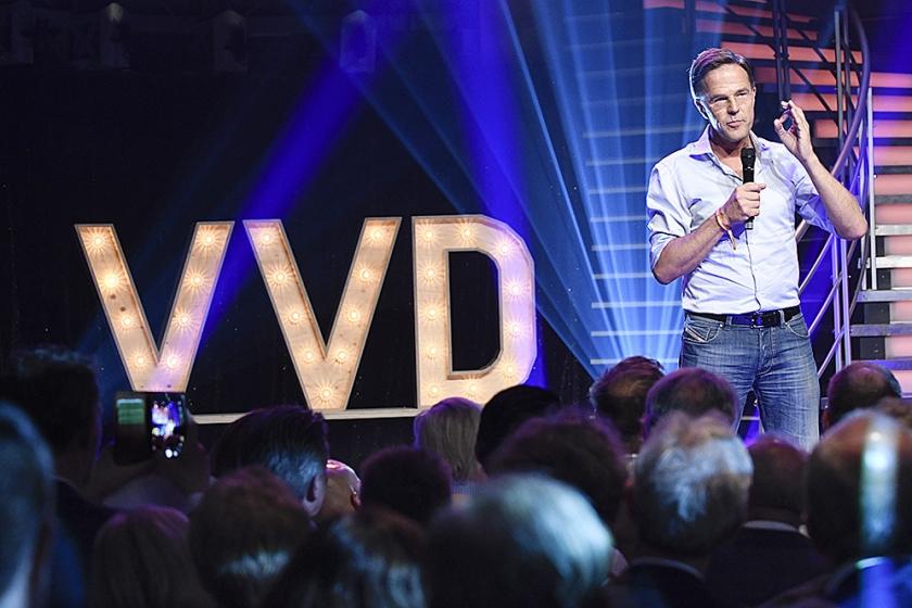 Mark Rutte spreekt de VVD-achterban toe in Aalsmeer.  (anp / Peter Hilz)