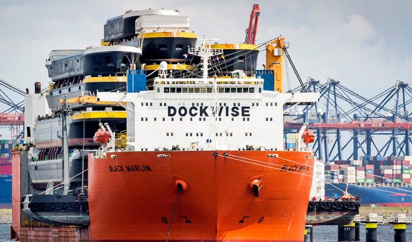 De onder Maltese vlag varende Black Marlin heeft wel vaker bijzondere ladingen.  Het schip, gebouwd in 1999, vervoerde eerder bijvoorbeeld een olieboorplatform en het drijvende werkplatform Seafox 5  (anp / Koen van Weel)
