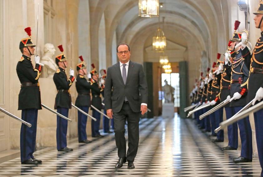 De Franse president François Hollande komt aan bij het Paleis van Versailles, waar hij maandag maatregelen tegen het terrorisme bekendmaakte.  (ap / Michel Euler)