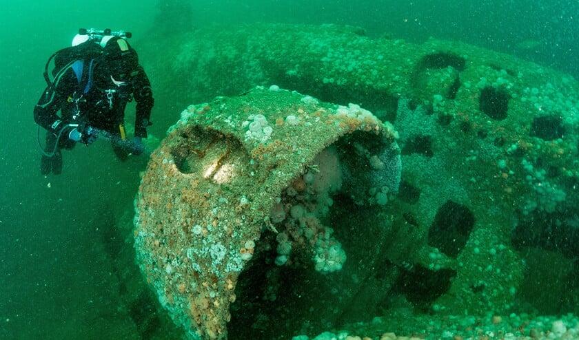 Duikers van stichting Duik de Noordzee schoon zien met eigen ogen wat de bergers aanrichten.  (Cor Kuyenhoven en wikipedia)